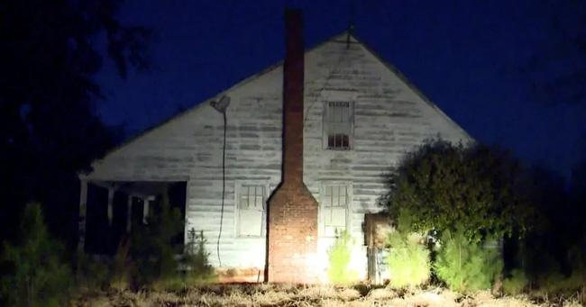 Nhóm thiếu niên thách thức nhau đột nhập vào căn nhà bỏ hoang nổi tiếng với lời đồn ma ám, cảnh tượng bên trong khiến cảnh sát vào cuộc ngay lập tức - ảnh 2
