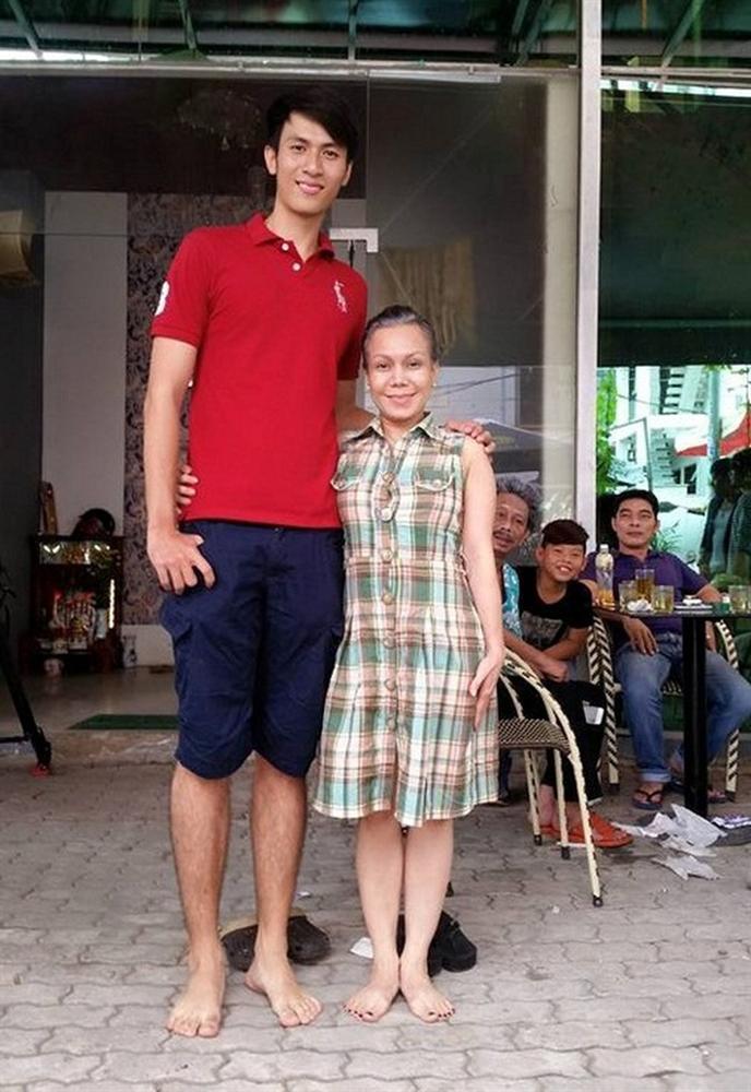Việt Hương hóa người tí hon khi đọ dáng bên chàng trai cao nhất việt Nam, biểu cảm cực tự tin dù chỉ cao...bằng một nửa - Ảnh 3.