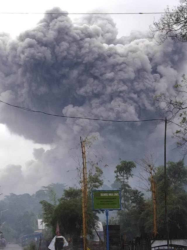 Núi lửa Semeru tại Indonesia phun tro bụi 5km lên bầu trời - ảnh 1