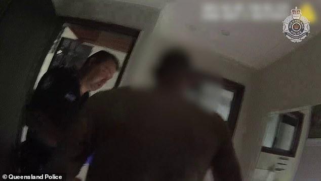 Đi ăn trộm trèo vào từ mái nhà rồi không biết đường xuống, thanh niên phải gào khóc cầu cứu, cảnh hiện trường khiến cảnh sát cũng bật cười - ảnh 4