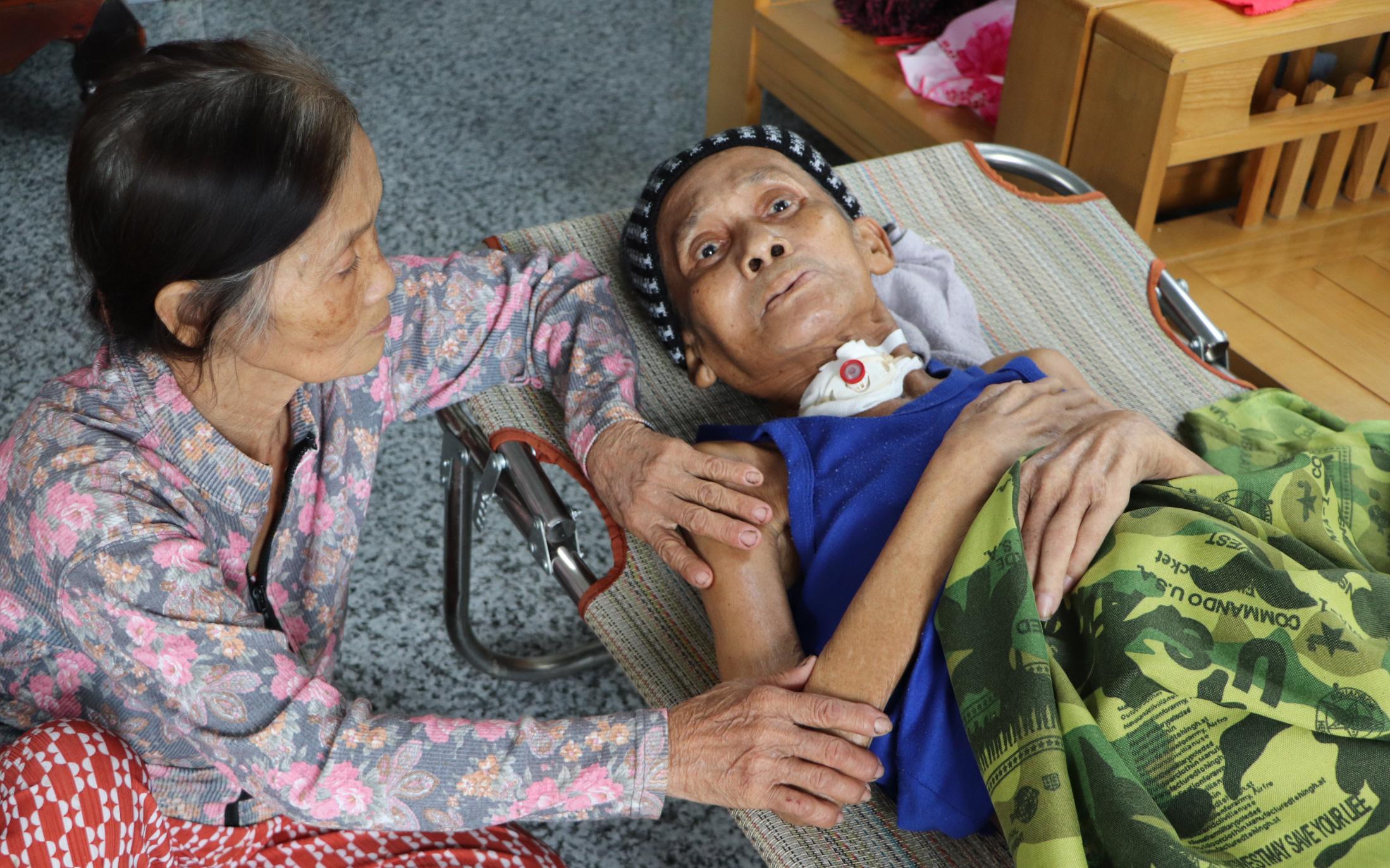 """Xót cảnh cụ bà chăm chồng lở loét khắp người, muốn đưa đi viện nhưng không đủ chi phí: """"Ổng chỉ mong chết đi cho bà bớt khổ"""""""