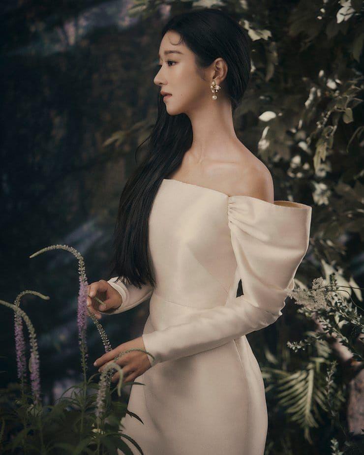 """Cùng đụng váy, """"Điên nữ"""" Seo Ye Ji bỗng hiền quá hóa nhạt trước một Suzy quá thú vị từ tạo hình tới tạo dáng - Ảnh 2."""