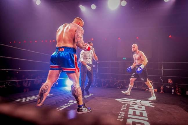 Người khỏe nhất hành tinh cao 2m06 hùng hổ bước vào trận đấu boxing với đối thủ tí hon, kết quả sau đó khiến nhiều người phải ngỡ ngàng - ảnh 1
