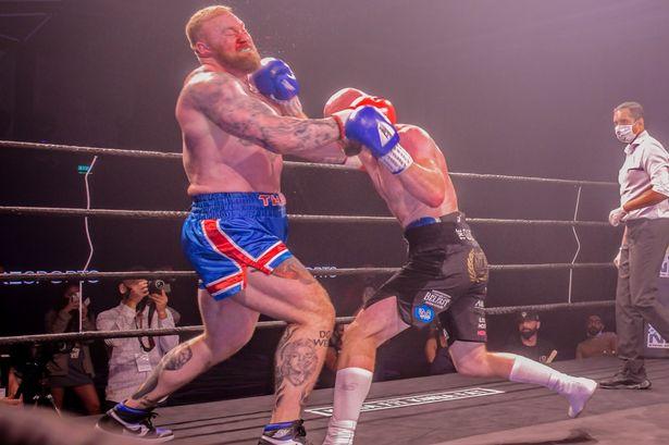 Người khỏe nhất hành tinh cao 2m06 hùng hổ bước vào trận đấu boxing với đối thủ tí hon, kết quả sau đó khiến nhiều người phải ngỡ ngàng - ảnh 3