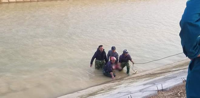Vớt được thi thể học sinh lớp 3 sau 3 ngày tìm kiếm, vết cào tuyệt vọng ở bờ sông khiến ai cũng nhói lòng - ảnh 1