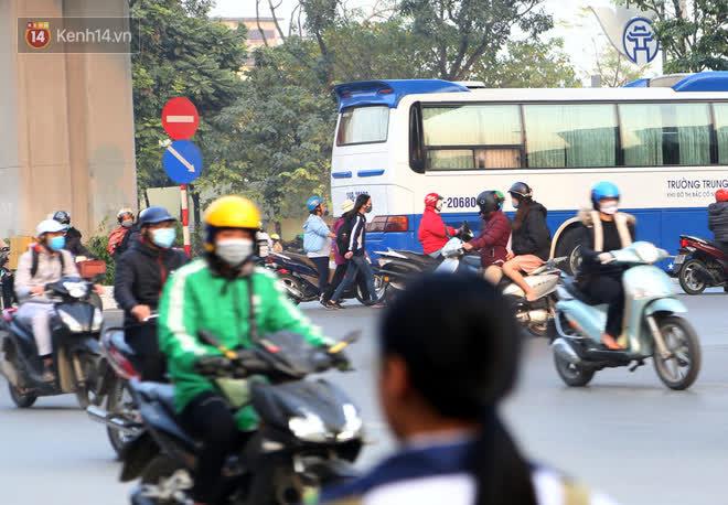 Hà Nội: Sau vụ tai nạn khiến 2 nạn nhân tử vong thương tâm, nhiều người vẫn bất chấp băng qua dòng xe như mắc cửi trên đường Nguyễn Trãi - ảnh 11