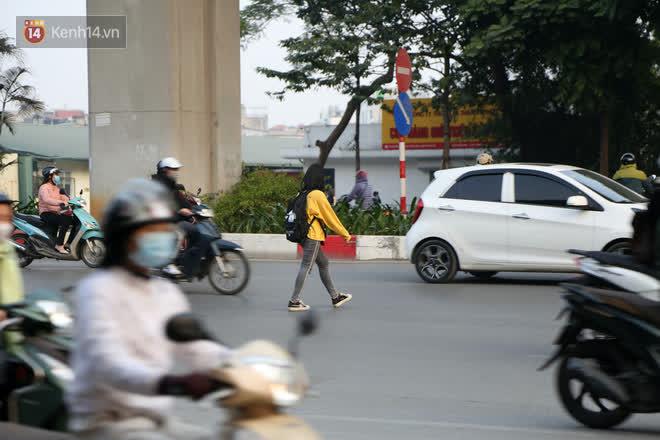 Hà Nội: Sau vụ tai nạn khiến 2 nạn nhân tử vong thương tâm, nhiều người vẫn bất chấp băng qua dòng xe như mắc cửi trên đường Nguyễn Trãi - ảnh 4