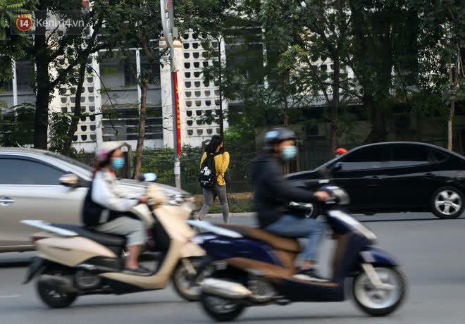Hà Nội: Sau vụ tai nạn khiến 2 nạn nhân tử vong thương tâm, nhiều người vẫn bất chấp băng qua dòng xe như mắc cửi trên đường Nguyễn Trãi - ảnh 5