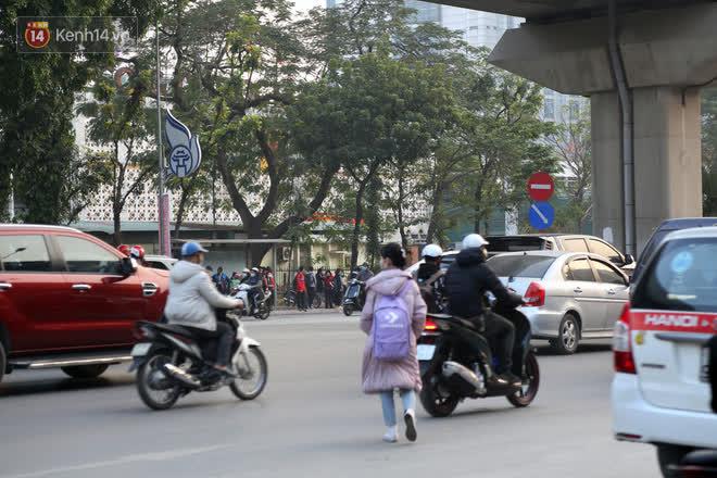Hà Nội: Sau vụ tai nạn khiến 2 nạn nhân tử vong thương tâm, nhiều người vẫn bất chấp băng qua dòng xe như mắc cửi trên đường Nguyễn Trãi - ảnh 6