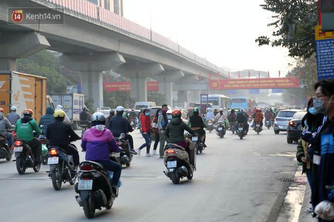 Hà Nội: Sau vụ tai nạn khiến 2 nạn nhân tử vong thương tâm, nhiều người vẫn bất chấp băng qua dòng xe như mắc cửi trên đường Nguyễn Trãi - ảnh 9