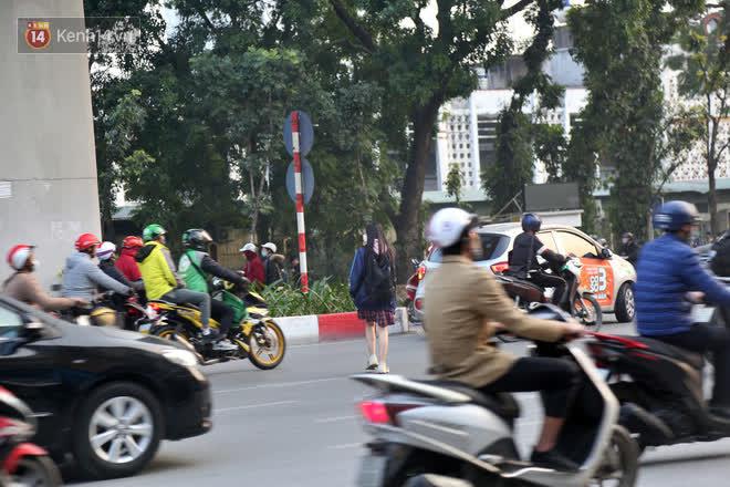 Hà Nội: Sau vụ tai nạn khiến 2 nạn nhân tử vong thương tâm, nhiều người vẫn bất chấp băng qua dòng xe như mắc cửi trên đường Nguyễn Trãi - ảnh 12
