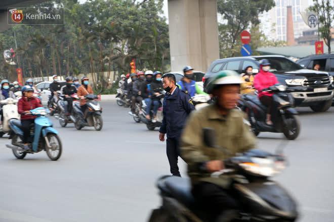 Hà Nội: Sau vụ tai nạn khiến 2 nạn nhân tử vong thương tâm, nhiều người vẫn bất chấp băng qua dòng xe như mắc cửi trên đường Nguyễn Trãi - ảnh 10