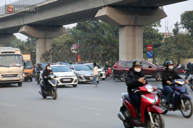 Hà Nội: Sau vụ tai nạn khiến 2 nạn nhân tử vong thương tâm, nhiều người vẫn bất chấp băng qua dòng xe như mắc cửi trên đường Nguyễn Trãi - ảnh 15