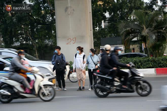 Hà Nội: Sau vụ tai nạn khiến 2 nạn nhân tử vong thương tâm, nhiều người vẫn bất chấp băng qua dòng xe như mắc cửi trên đường Nguyễn Trãi - ảnh 2