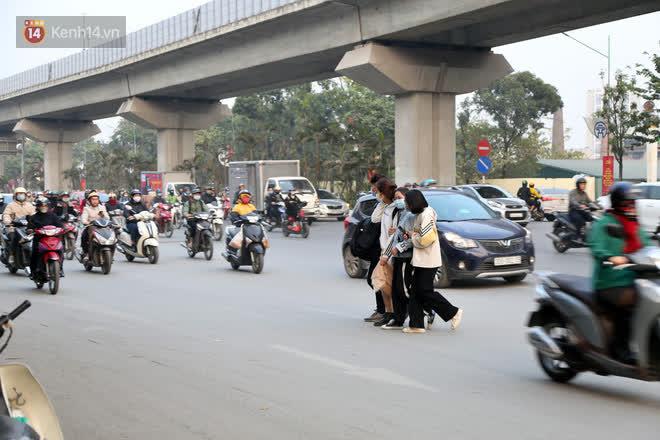 Hà Nội: Sau vụ tai nạn khiến 2 nạn nhân tử vong thương tâm, nhiều người vẫn bất chấp băng qua dòng xe như mắc cửi trên đường Nguyễn Trãi - ảnh 1