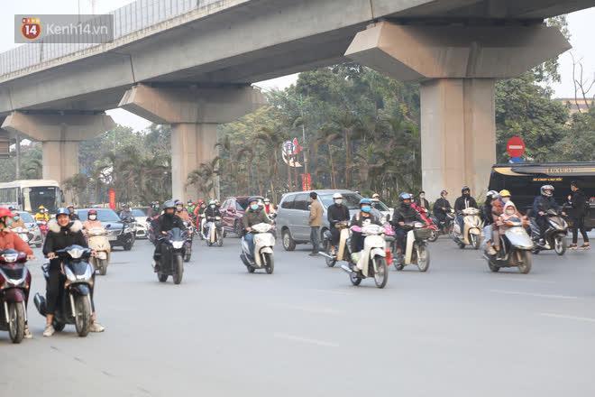 Hà Nội: Sau vụ tai nạn khiến 2 nạn nhân tử vong thương tâm, nhiều người vẫn bất chấp băng qua dòng xe như mắc cửi trên đường Nguyễn Trãi - ảnh 8