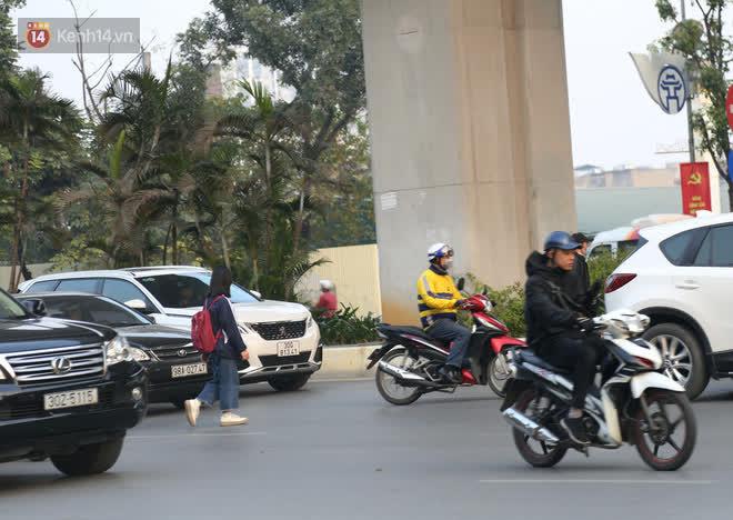 Hà Nội: Sau vụ tai nạn khiến 2 nạn nhân tử vong thương tâm, nhiều người vẫn bất chấp băng qua dòng xe như mắc cửi trên đường Nguyễn Trãi - ảnh 7