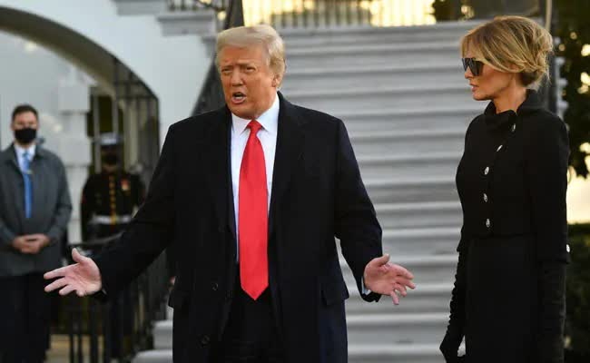 Những khoảnh khắc cuối cùng của ông Donald Trump trên cương vị Tổng thống Mỹ: Tươi cười, vẫy tay chào tạm biệt trước sự chứng kiến của gia đình - ảnh 4