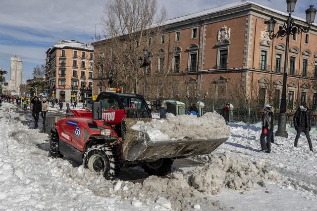 Tây Ban Nha ban bố tình trạng thảm họa tại thủ đô Madrid do bão tuyết - ảnh 2