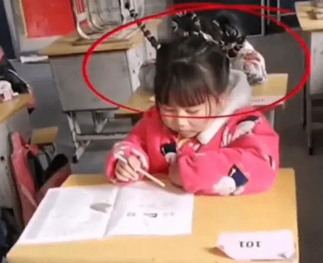 Cô bé tiểu học ngồi làm bài thi, mọi chuyện rất bình thường cho đến khi nhìn lên mái tóc, cô giáo phải thốt lên: Mẹ con bá đạo quá! - ảnh 1