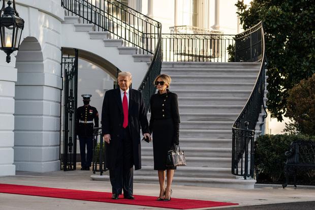 Trong khoảnh khắc cuối trước lúc rời khỏi Nhà Trắng, cựu Đệ Nhất Phu Nhân Melania Trump gây bất ngờ vì có hành động đặc biệt khác lạ với chồng - ảnh 4