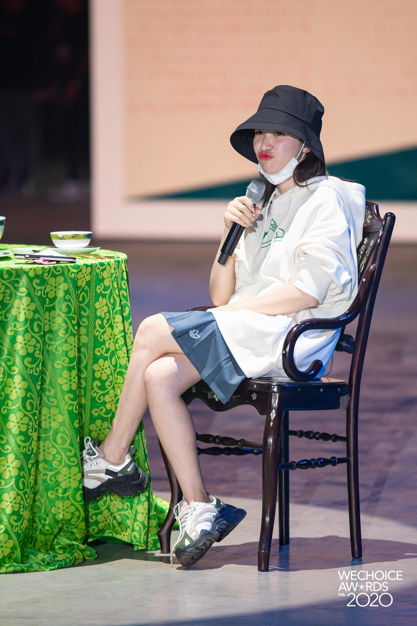 Style sao đi tổng duyệt WeChoice 2020: Hoà Minzy lên đồ trẻ trung không quên đeo khẩu trang, Hiền Hồ đeo kính râm cá tính - Ảnh 1.