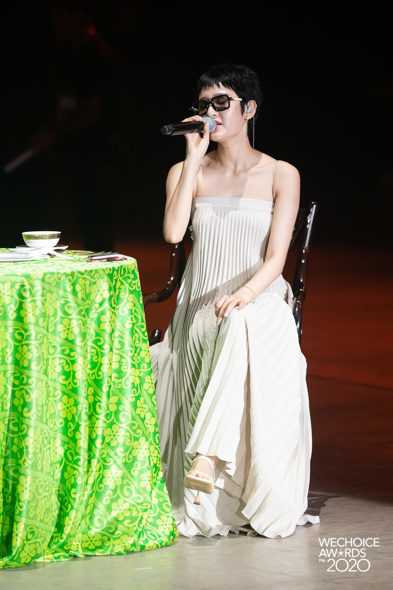 Style sao đi tổng duyệt WeChoice 2020: Hoà Minzy lên đồ trẻ trung không quên đeo khẩu trang, Hiền Hồ đeo kính râm cá tính - Ảnh 2.