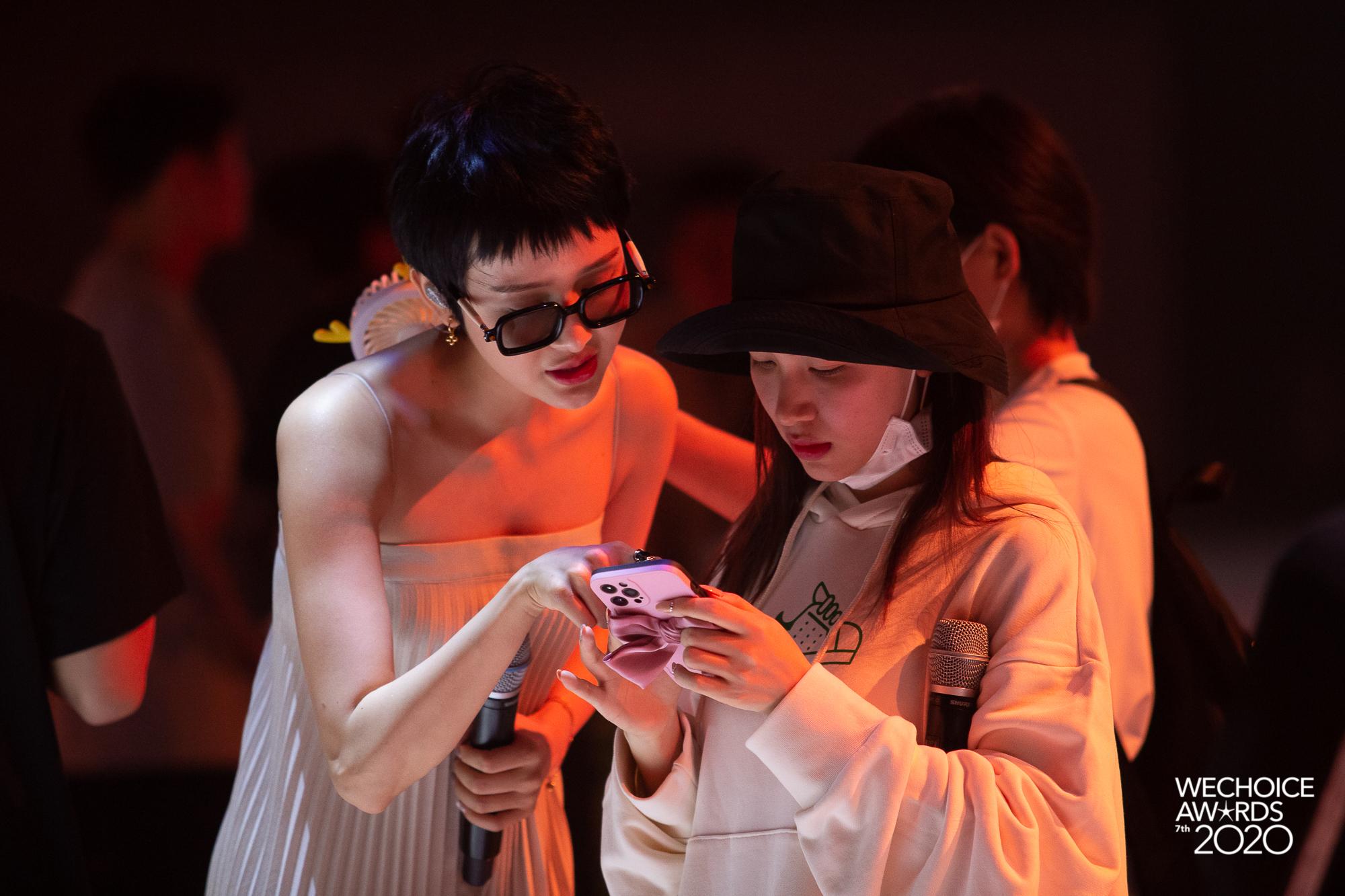 Style sao đi tổng duyệt WeChoice 2020: Hoà Minzy lên đồ trẻ trung không quên đeo khẩu trang, Hiền Hồ đeo kính râm cá tính - Ảnh 3.
