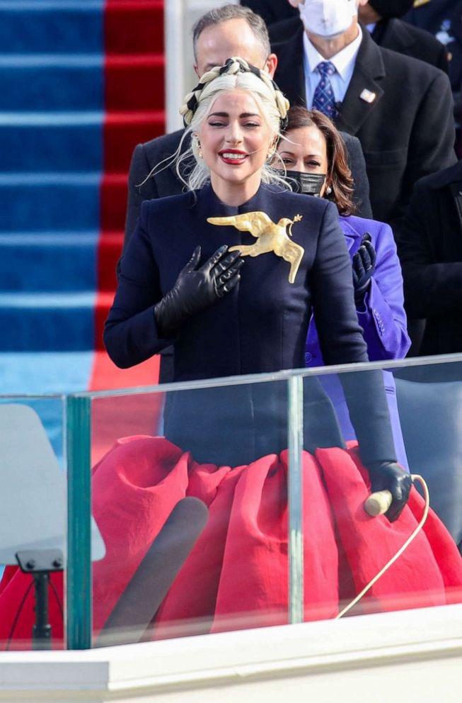 Khoảnh khắc Lady Gaga lên đồ lồng lộng, visual đỉnh cao trong lễ nhậm chức của Tổng thống Mỹ Joe Biden gây bão MXH - ảnh 6