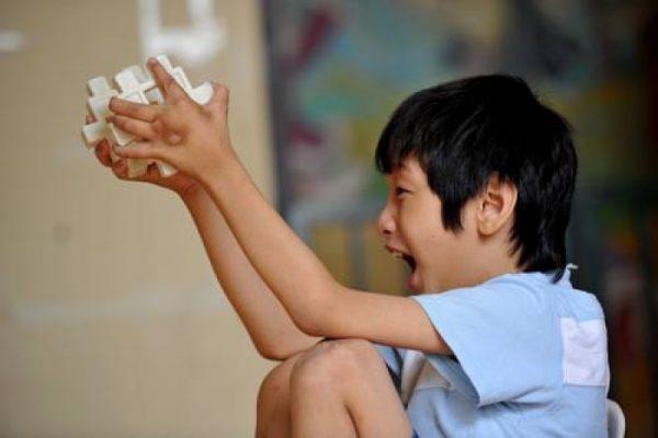 Cậu bé 10 tuổi có khả năng ghi nhớ siêu phàm, tự học thông thạo 4 ngoại ngữ, ai cũng tưởng là thần đồng nhưng sự thật đằng sau khiến bố mẹ vô cùng đau lòng - ảnh 1