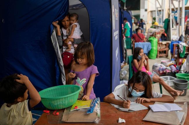 Học trực tuyến ở Philippines: Băng rừng lên núi, trèo nóc nhà hay ra nghĩa địa chỉ để có Internet, việc học chưa bao giờ gian nan đến thế! - ảnh 15