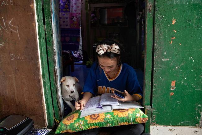 Học trực tuyến ở Philippines: Băng rừng lên núi, trèo nóc nhà hay ra nghĩa địa chỉ để có Internet, việc học chưa bao giờ gian nan đến thế! - ảnh 9