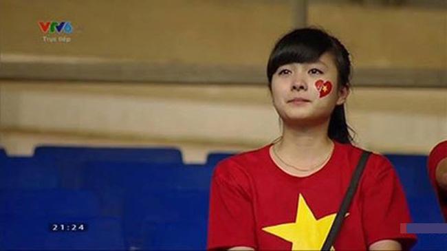 Nữ sinh khóc nức nở khi đội tuyển Việt Nam thua trận, ai ngờ khoảnh khắc chụp lén lại thay đổi cuộc đời ngoạn mục - ảnh 2