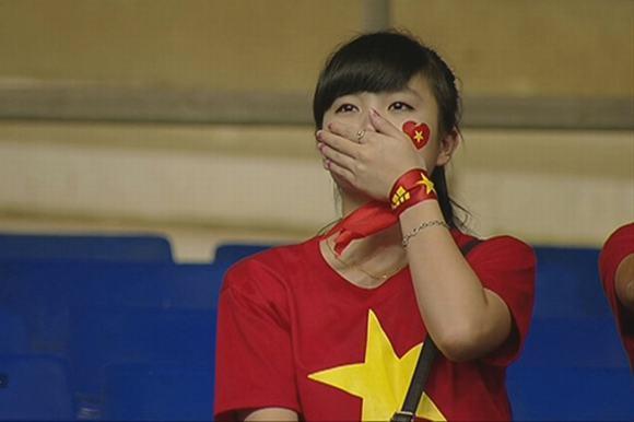 Nữ sinh khóc nức nở khi đội tuyển Việt Nam thua trận, ai ngờ khoảnh khắc chụp lén lại thay đổi cuộc đời ngoạn mục - ảnh 1
