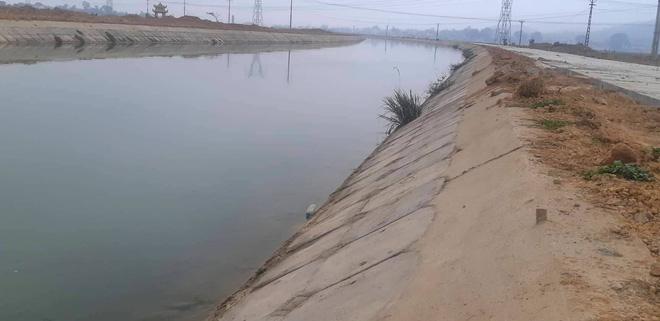 Vụ bé 9 tuổi rơi xuống sông, tử vong vì không có chỗ bám: Giải pháp nào cứu dòng sông tử thần? - ảnh 2