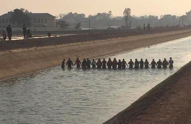 Vụ bé 9 tuổi rơi xuống sông, tử vong vì không có chỗ bám: Giải pháp nào cứu dòng sông tử thần? - ảnh 3