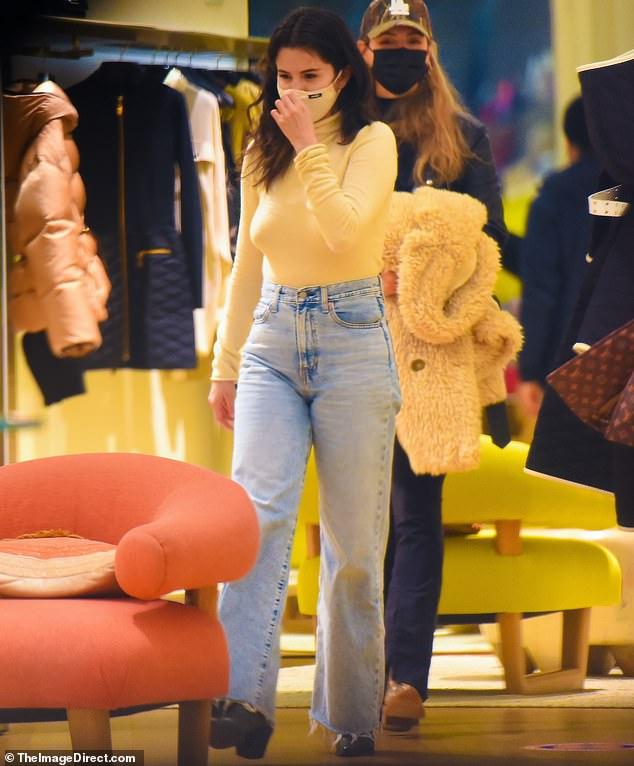 Selena Gomez đi dạo sương sương mà chốt luôn đơn áo khoác Louis Vuitton 150 triệu, đúng là đẳng cấp chị đẹp giàu sang - ảnh 1