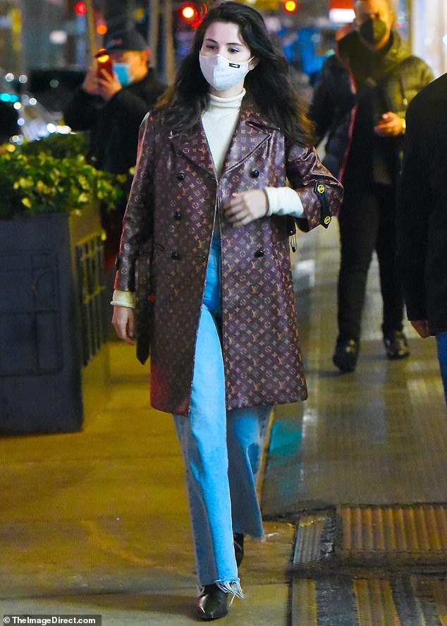 Selena Gomez đi dạo sương sương mà chốt luôn đơn áo khoác Louis Vuitton 150 triệu, đúng là đẳng cấp chị đẹp giàu sang - ảnh 3