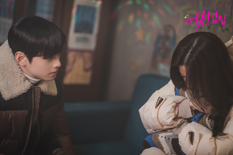 Người yêu buồn vì lộ hàng nóng, Cha Eun Woo nhiệt tình dỗ nàng ở True Beauty - Ảnh 1.