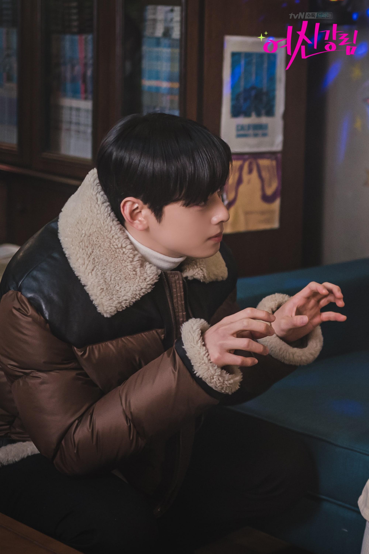 Người yêu buồn vì lộ hàng nóng, Cha Eun Woo nhiệt tình dỗ nàng ở True Beauty - Ảnh 2.