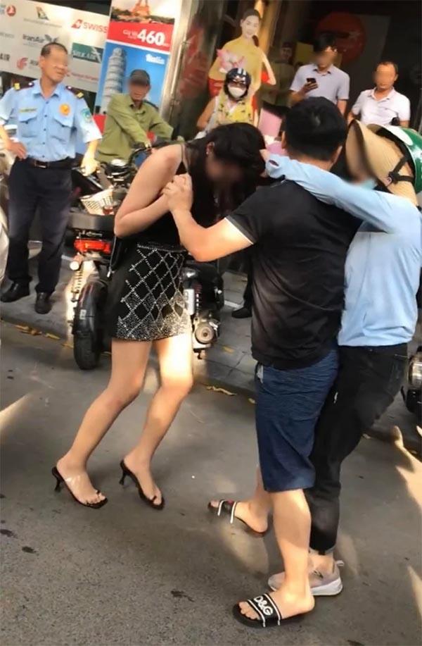 Cô gái được cho là Tuesday trong vụ đánh ghen trên phố Lý Nam Đế lần đầu lên tiếng: Tôi đã được bồi thường bằng tiền mặt, giải quyết mọi chuyện trong hòa bình - ảnh 1