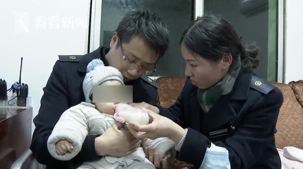 Đứa bé 6 tháng tuổi xuất hiện kỳ bí ở ga tàu hỏa, câu chuyện đằng sau khiến dư luận nổi giận vì hành động của người mẹ - ảnh 1