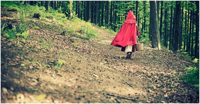 Nguyên bản truyện cổ tích Cô bé quàng khăn đỏ: Đầy yếu tố bạo lực và đen tối, còn có chi tiết rợn người hệt như trong Tấm Cám - ảnh 4