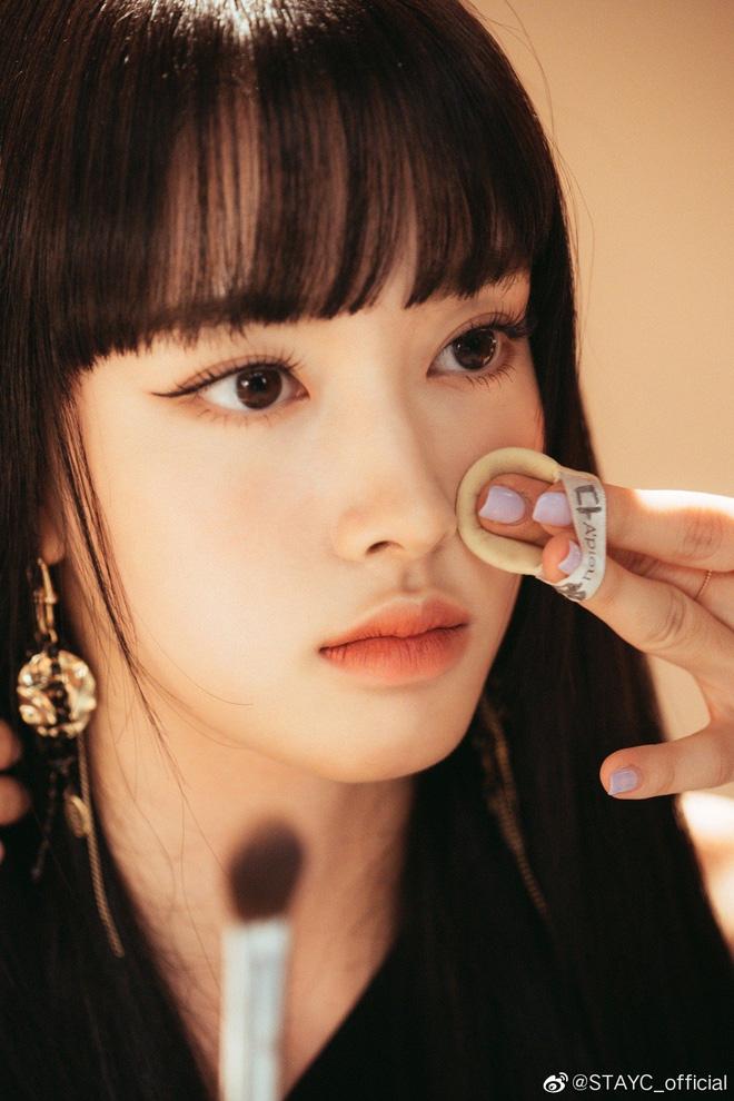 """Ảnh thẻ của tân binh để tóc mái đẹp nhất Kpop chỉ sau Lisa (BLACKPINK): Visual như búp bê, nhan sắc chấp luôn camera """"dìm"""" - ảnh 5"""