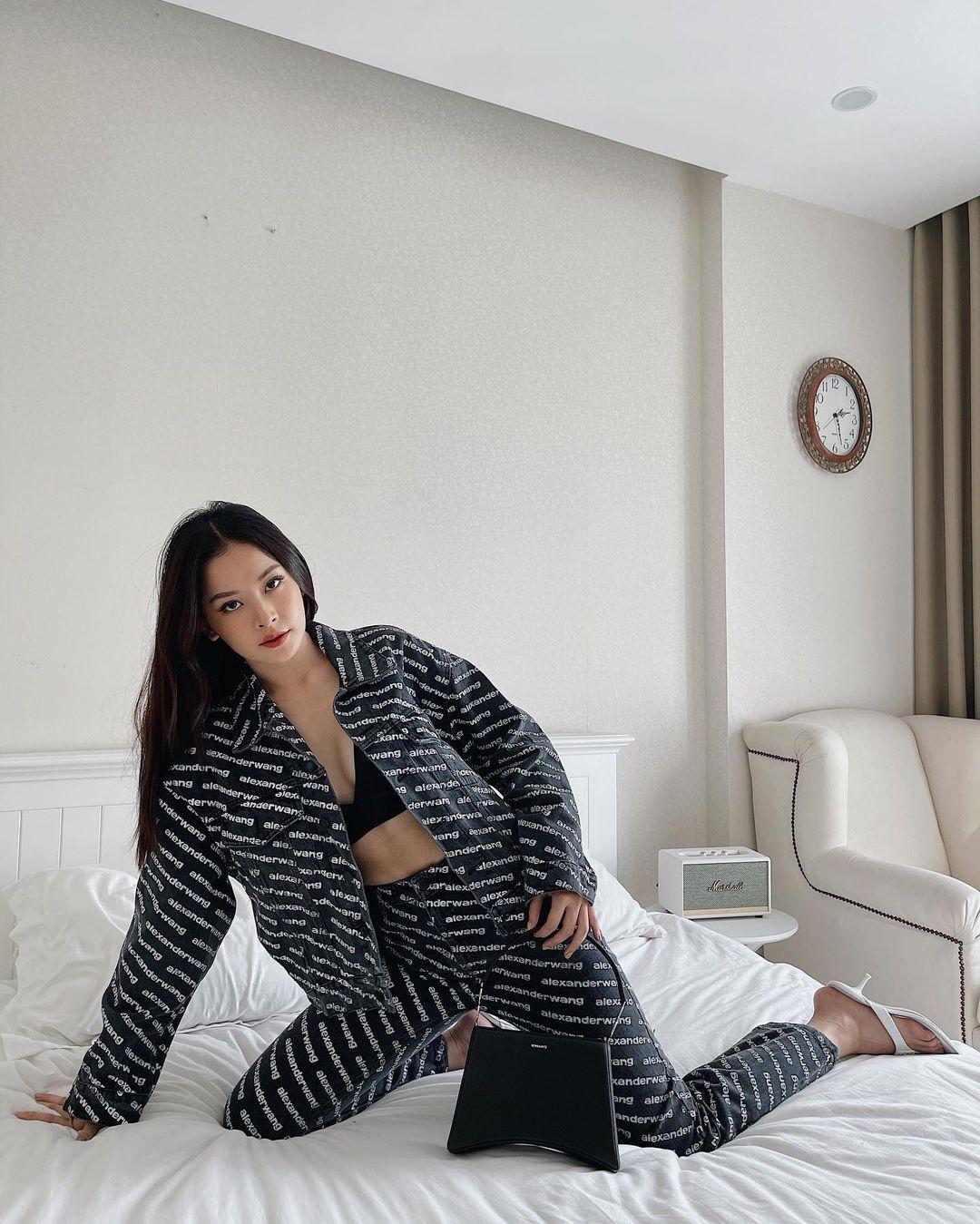 """Instagram look của sao Việt tuần qua: Đồ đen """"chiếm sóng"""", riêng Hà Tăng khoe khí chất cao sang với áo dài - Ảnh 1."""