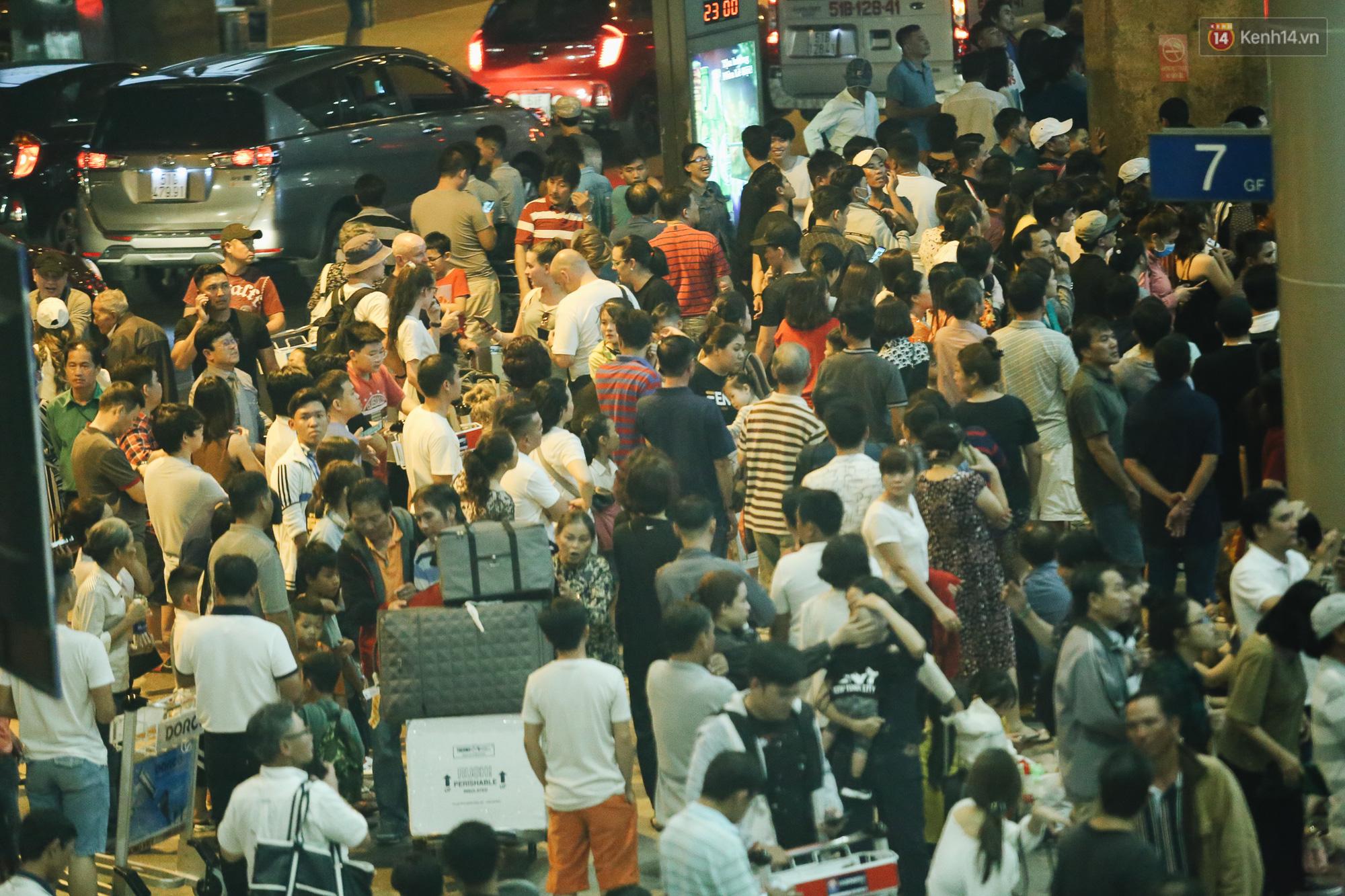 Chùm ảnh: Hình ảnh trái ngược ở ga quốc tế Tân Sơn Nhất trong năm nay và năm trước dịp gần Tết Nguyên đán - Ảnh 3.