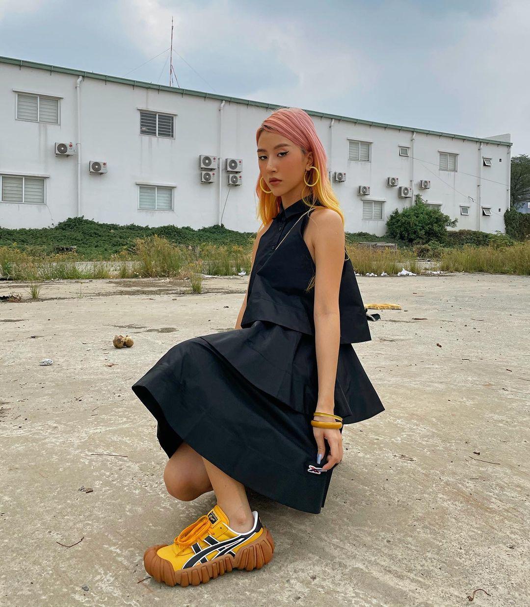 """Instagram look của sao Việt tuần qua: Đồ đen """"chiếm sóng"""", riêng Hà Tăng khoe khí chất cao sang với áo dài - Ảnh 3."""