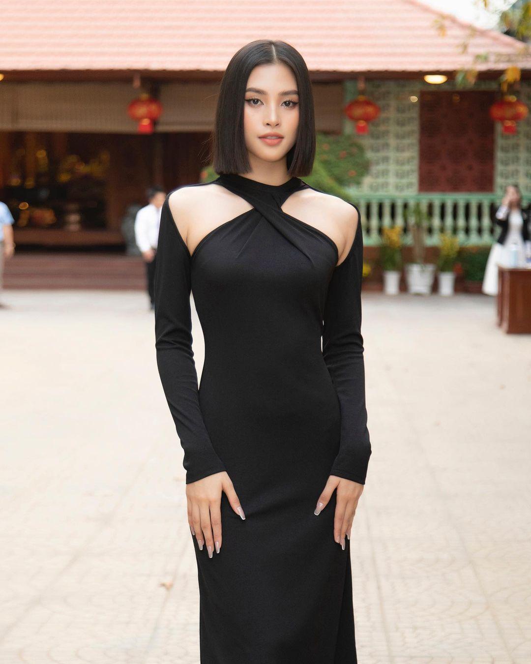 """Instagram look của sao Việt tuần qua: Đồ đen """"chiếm sóng"""", riêng Hà Tăng khoe khí chất cao sang với áo dài - Ảnh 5."""