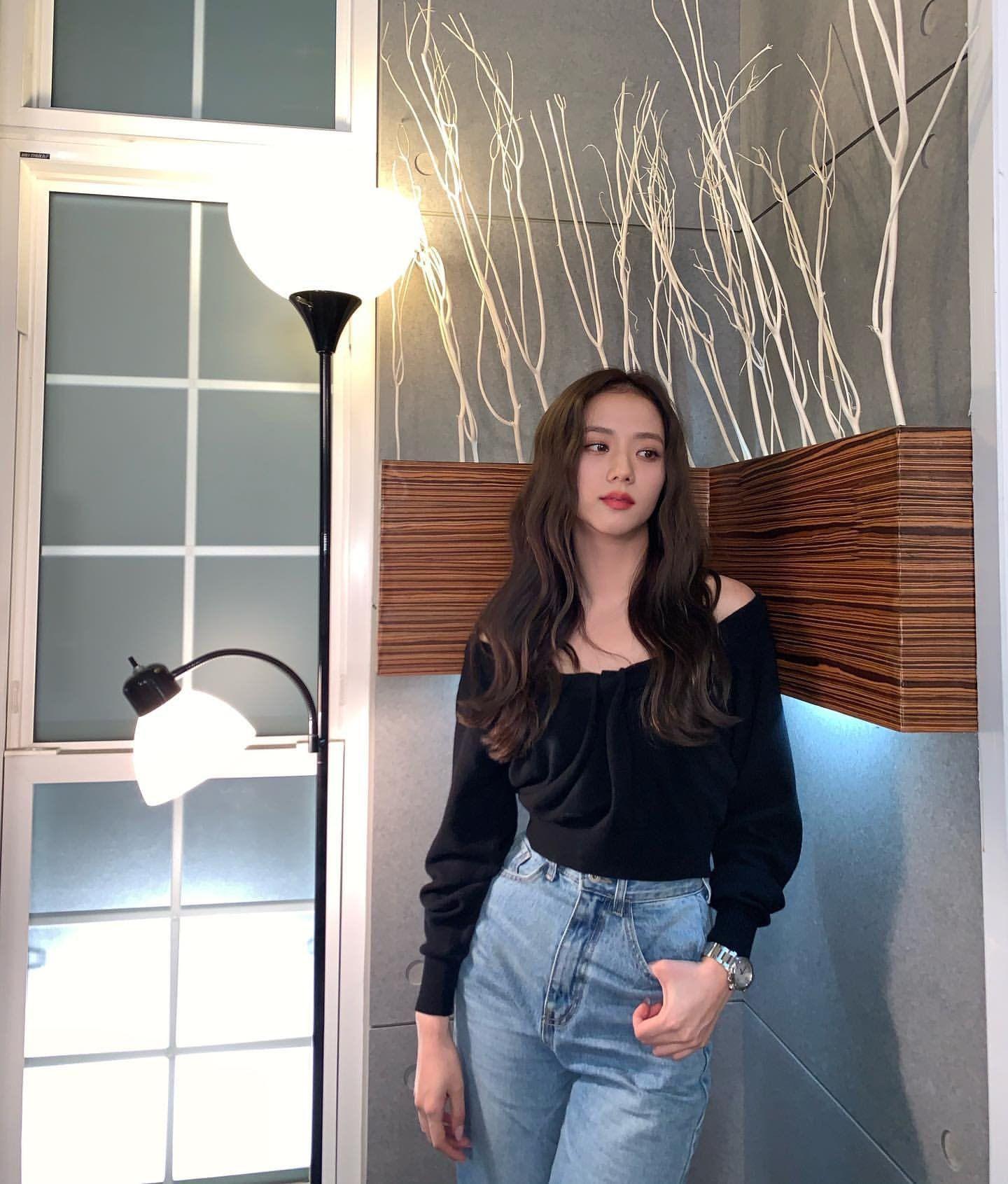 Những mỹ nhân hot nhất Kbiz đều đang mê mệt kiểu áo trễ nải này: Jennie, Jisoo, Irene… không ngại đụng hàng liên hoàn - Ảnh 2.