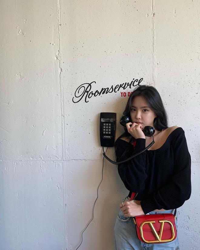 Những mỹ nhân hot nhất Kbiz đều đang mê mệt kiểu áo trễ nải này: Jennie, Jisoo, Irene… không ngại đụng hàng liên hoàn - Ảnh 6.
